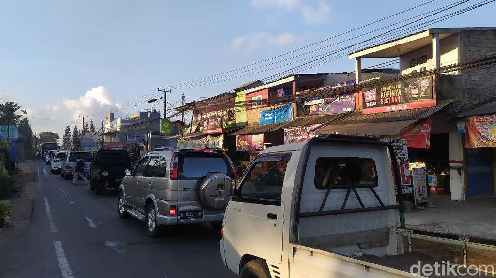 Kunjungan Wisatawan Melonjak, Jalur Puncak Cianjur Macet Parah