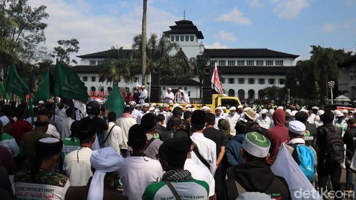 Massa dari sejumlah kelompok berdatangan ke Gedung Sate, Bandung. Di sana mereka menggelar aksi tolak pembahasan RUU HIP.