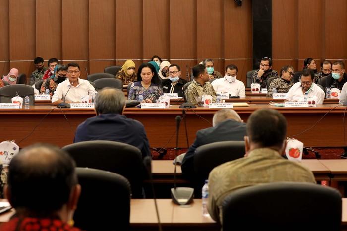 Menaker Ida Fauziah menggelar rapat tripatrit bahas RUU Cipta Kerja. Ketiga unsur yang hadir yakni; unsur pekerja/buruh, pengusaha dan pemerintah.