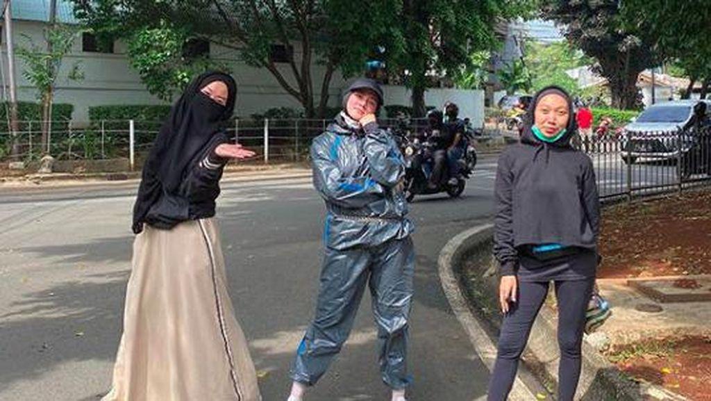 Mulan Jameela Unggah Foto Lari Pagi, Netizen Salfok dengan Busananya