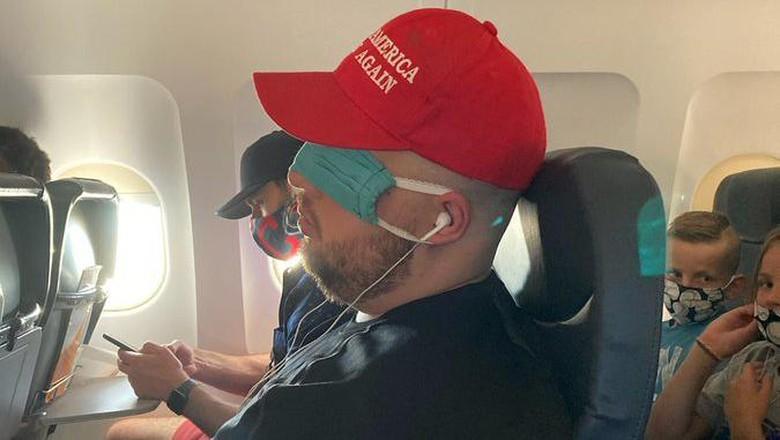 Penumpang pesawat pakai masker buat penutup mata