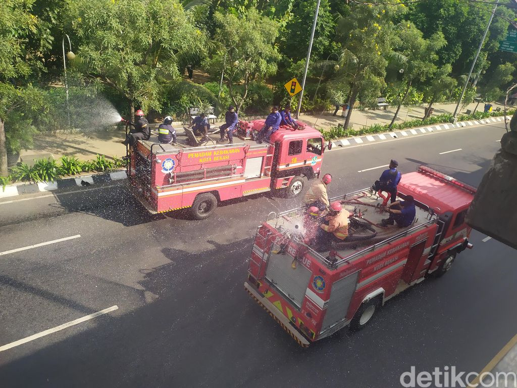 Penyemprotan disinfektan usai CFD di flyover Summarecon Bekasi. (LN Arun/detikcom)