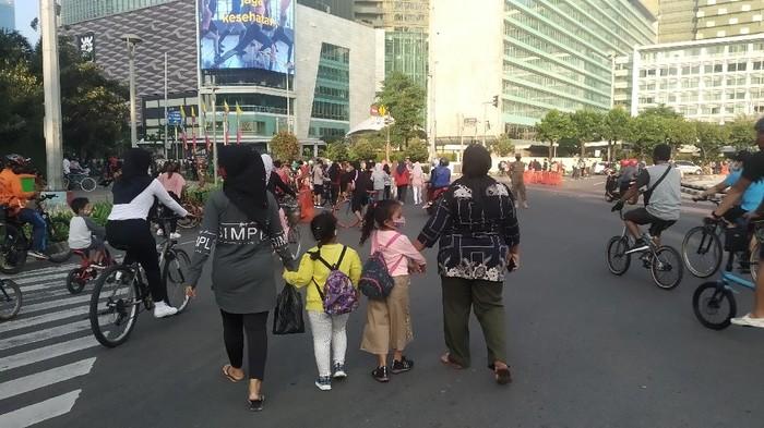 Pesepeda-pelari di Bundaran HI, Minggu (5/7) pagi.