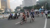 Tak Ada CFD, Pesepeda-Pelari di Bundaran HI Tetap Padati Jalur Kendaraan