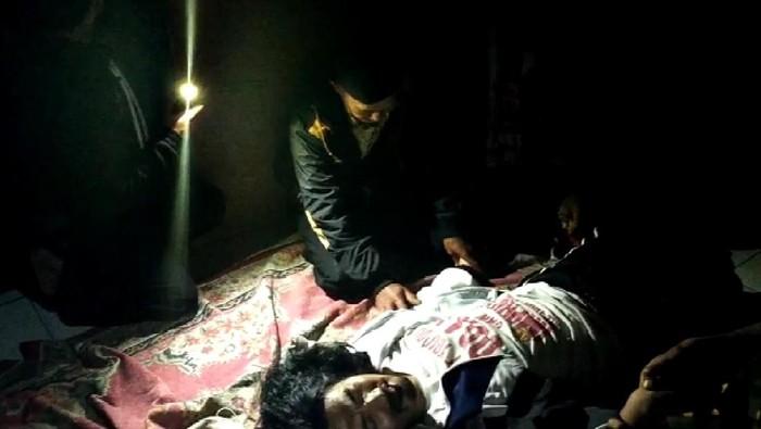Salah seorang warga kesurupan saat 10 ustaz menggelar doa bersama di rumah horor Cianjur