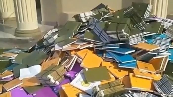 Skripsi-skripsi dilempar di Unilak, videonya viral. (Dok Istimewa)