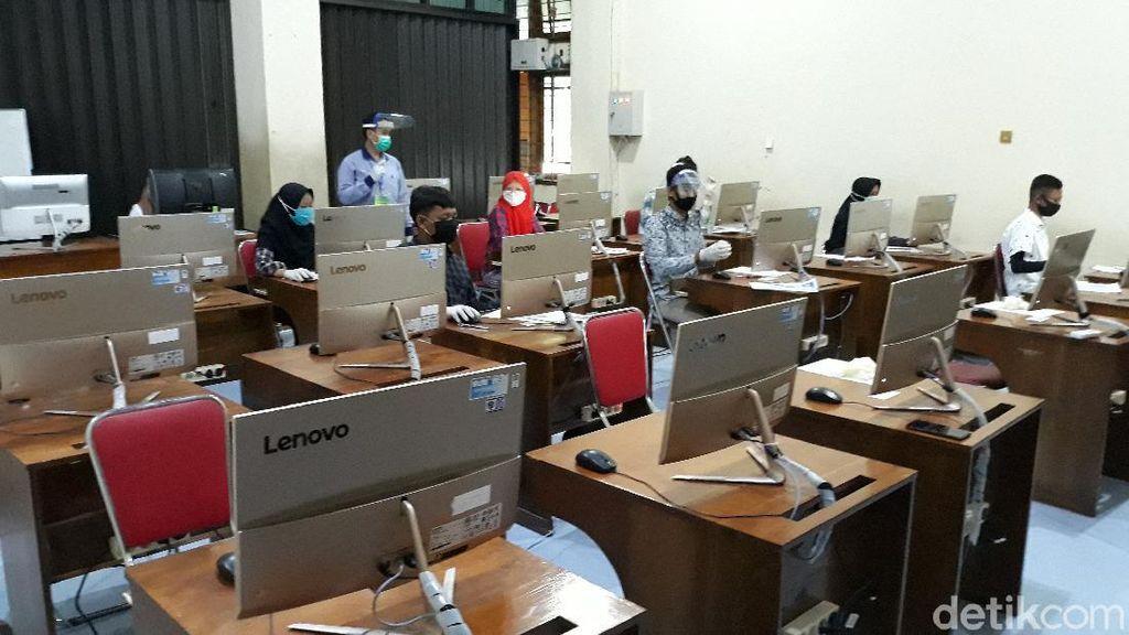 Rektor UNS Cerita UTBK Sempat Terhenti 20 Menit Gegara Gangguan