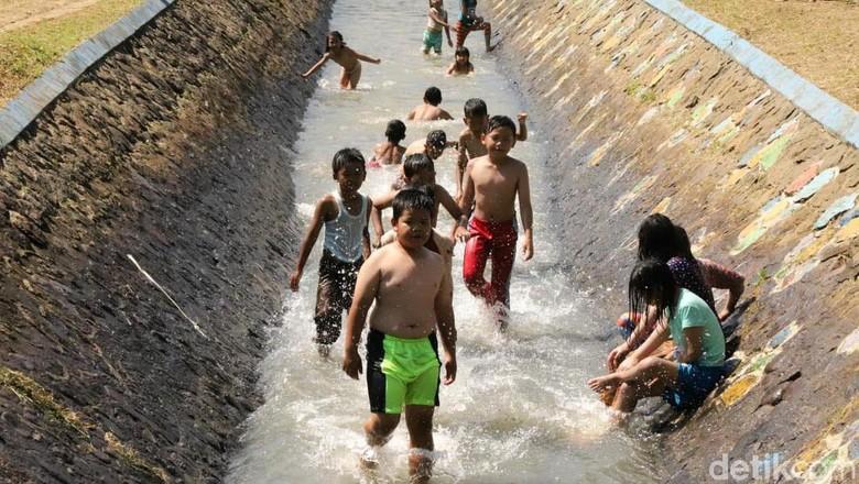 Irigasi Talangseng jadi destinasi wisata alternatif di kawasan Garut. Di sana, wisatawan dapat bermain air dengan menikmati panorama alam khas pedesaan.
