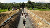 Asyiknya Main Air di Irigasi Talangseng Garut