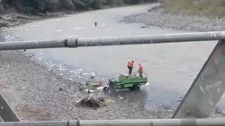 Terlalu! Dua Petugas Kebersihan di Cianjur Buang Sampah ke Sungai