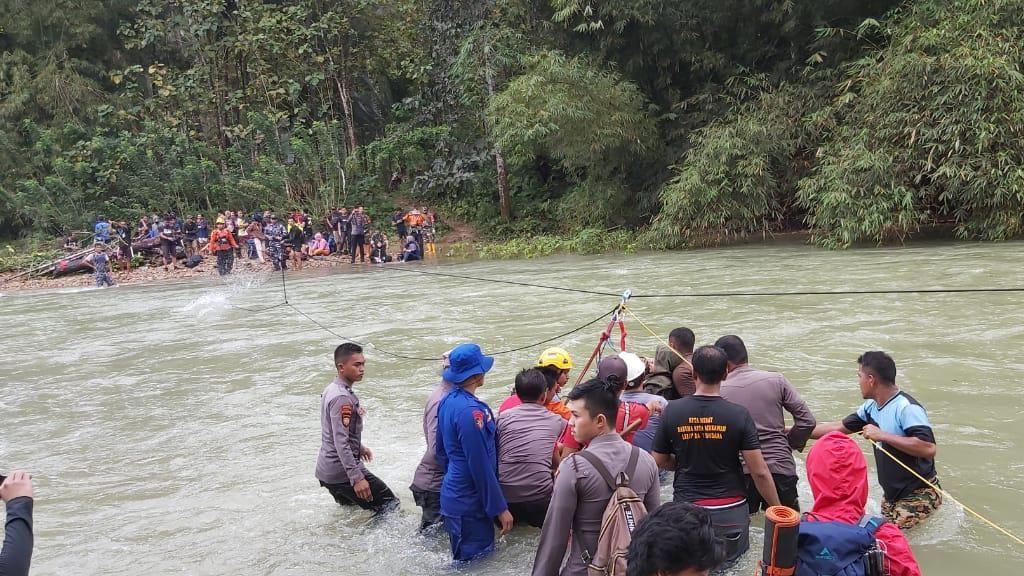Dramatis, Tim SAR Evakuasi 33 Wisatawan Terjebak Arus Deras di Sungai Lamesou