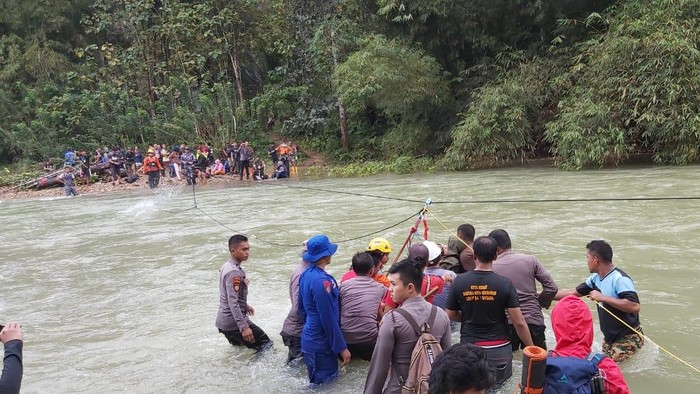 Evakuasi 33 wisatawan yang terjebak arus deras sungai.