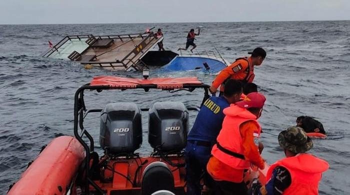 Tim SAR berusaha mengevakuasi penumpang kapal Guide DCDC yang tenggelam di Perairan Malaoge Kabupaten Buton, Sulawesi Tenggara, Minggu (5/7/2020). Kapal Guide DCDC yang memuat lima orang pemandu wisata tersebut tenggelam di Perairan Malaoge setelah dihantam ombak setinggi empat meter saat melakukan perjalanan dari Wanci Kabupaten Wakatobi menuju Malaoge Kabupaten Buton dan semua awak kapal berhasil dievaluasi dengan selamat. ANTARA FOTO/HO/Humas Basarnas/JJ/aww.