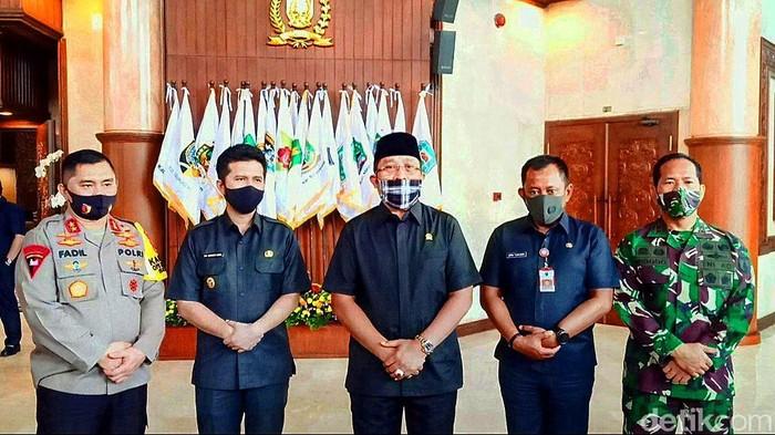 Setelah tidak diberlakukannya PSBB, aparat penegak hukum tidak bisa bergerak bebas dalam melakukan penanganan COVID-19. Forkopimda Jatim bersama DPRD Jatim duduk bersama membahas hal tersebut.