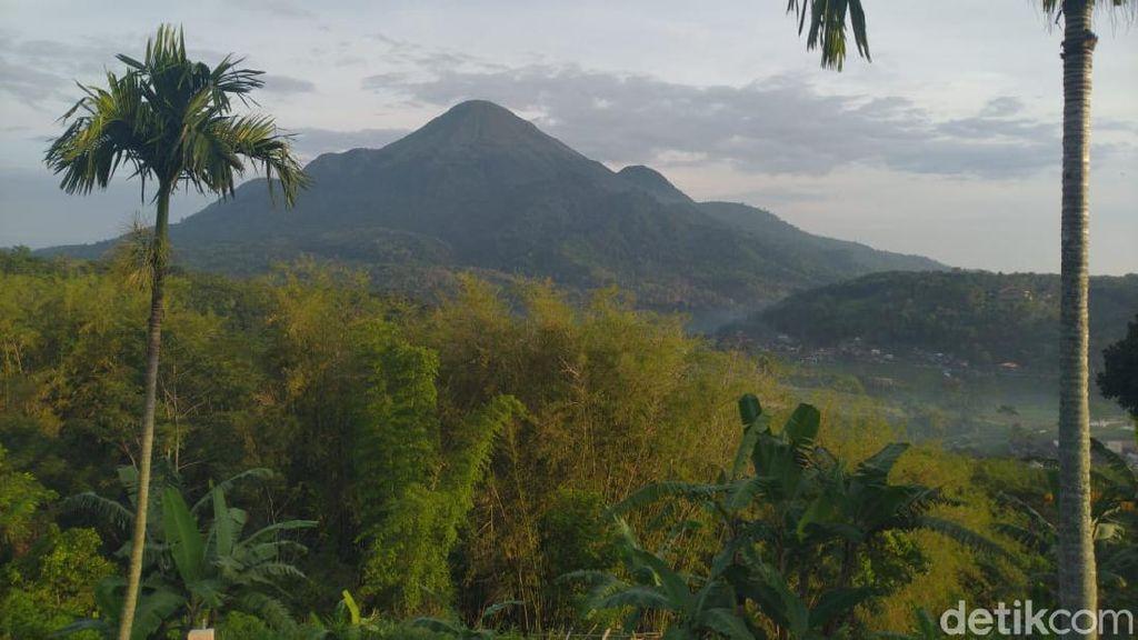 Ribuan Pendaki Peringati HUT ke-75 RI di Puncak Gunung Penanggungan