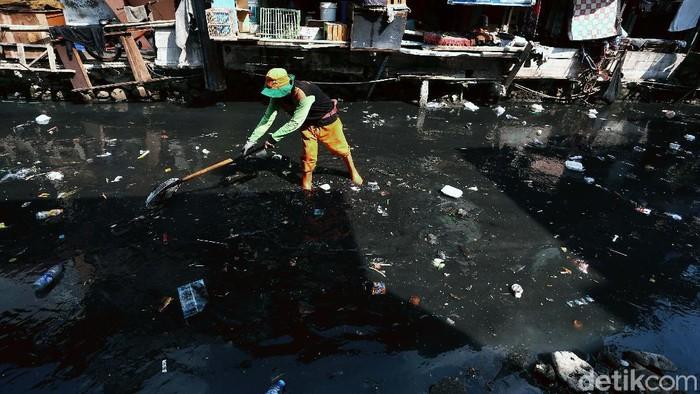 Kondisi Kali Krukut Bawah, Kebon Melati, Tanah Abang, Jakarta, dipenuhi sampah rumah tangga. Air kali berwarna hitam berbau tak sedap.