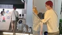 Kai EXO Bikin Penggemar Heboh karena Kunjungi Kafe Kakaknya