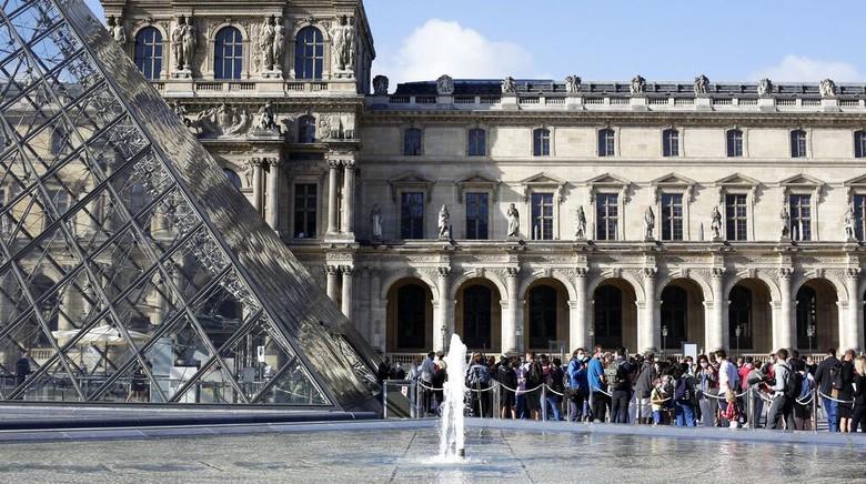Museum Louvre di Kota Paris kembali dibuka untuk umum hari ini, Senin (6/7). Sejumlah wisatawan pun berdatangan untuk menikmati beragam karya seni di museum itu
