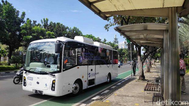 TransJakarta melakukan uji coba pengoperasian bus listrik selama tiga bulan ke depan. Bus listrik yang akan beroperasi ada 2 unit lho.