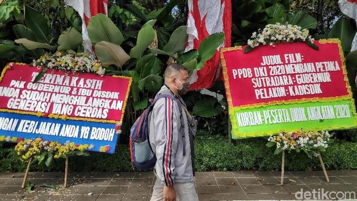 Sejumlah karangan bunga berjejer di depan Balai Kota DKI Jakarta. Karangan bunga itu bertuliskan kekecewaan mengenai Penerimaan Peserta Didik Baru (PPDB) DKI 2020.