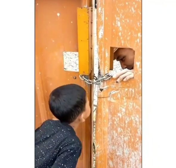 Kisah haru bocah kirim makanan untuk ayah yang terhalang pagar