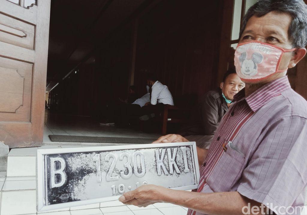 Kisah Kasmuri, 22 Tahun Jadi Pembuat Pelat Nomor Kendaraan Dinas Pejabat