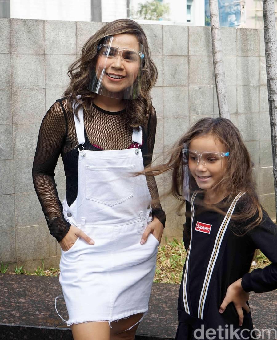 Melaney Ricardo dan putrinya saat ditemui di kawasan Trans TV.