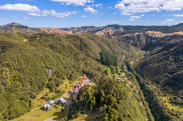 Mellonsfolly Ranch terletak di pedesaan Ruatiti, di tengah-tengah Pulau Utara Selandia Baru. Peternakan ini dikelilingi oleh pedesaan yang hampir tak dihuni penduduk.