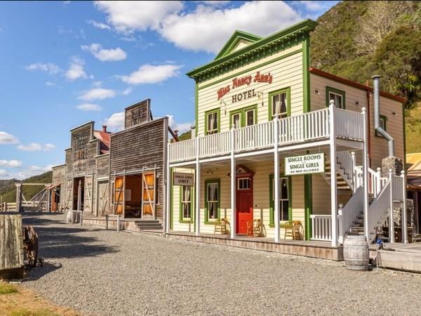 Tapi, Mellonsfolly Ranch dikecualikan karena jadi ladang bisnis daripada dijadikan tempat tinggal. Properti ini memiliki 20 tempat tidur dan 10 kamar mandi juga bisnis madu manuka di sampingnya.