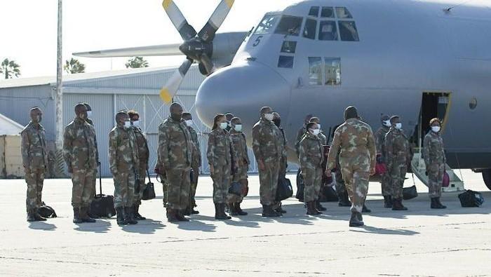 Militer Afrika Selatan diterjunkan untuk membantu melawan Corona (AFP Photo/ Michael Sheehan)