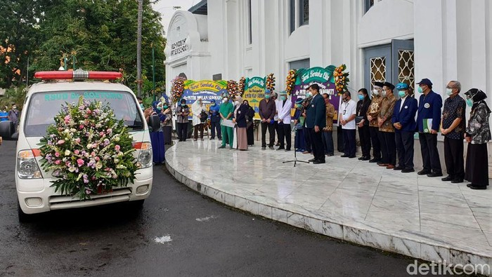 Dokter PPDS FK Unair yang bertugas di RSU dr Soetomo meninggal dunia. Dr Putri Wulan Sukmawati diketahui meninggal terpapar COVID-19.