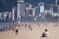 Warga memanfaatkan dibukanya kembali pantai untuk berolahraga, berjemur, atau sekedar berjalan santai.