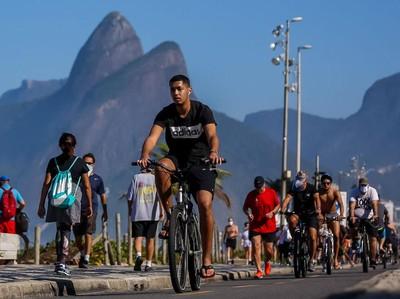 Duh! Pengunjung Pantai di Brasil Berasa Tak Ada Pandemi