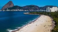 Warga di kota Rio de Janeiro, Brasil, dapat kembali menikmati pantai setelah dibukanya pembatasan akibat pandemi.