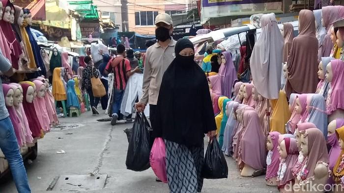 Pembeli di Pasar Tanah Abang masih menggunakan kantong plastik