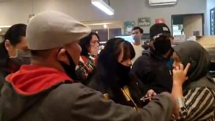 Perempuan kasir kafe di Makassar diamankan karena pakai baju berlogo palu arit.