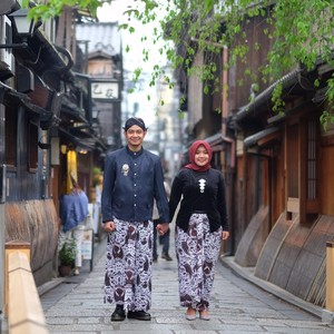 Viral Calon Pengantin Foto Prewedding di Jepang Pakai Baju Adat Jawa