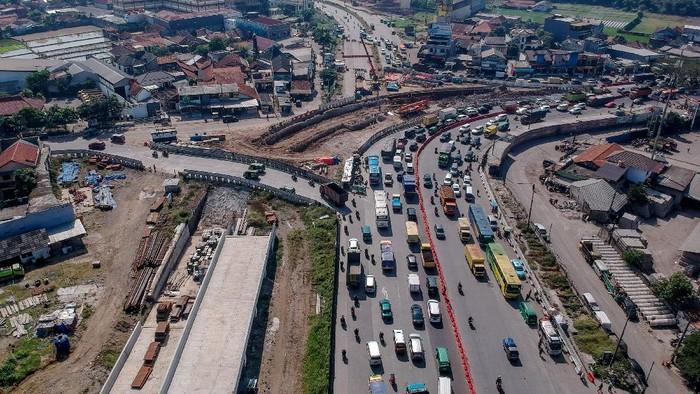 Foto udara proyek pembangunan simpang susun Cileunyi yang merupakan bagian dari proyek strategis nasional Jalan Tol Cileunyi-Sumedang-Dawuan (Cisumdawu) di Cileunyi, Kabupaten Bandung, Jawa Barat, Senin (6/7/2020). Kementerian PUPR menargetkan pembangunan Jalan Tol Cisumdawu yang memiliki panjang 61,5 kilometer serta akses baru menuju Bandara Internasional Jawa Barat tersebut dapat rampung pada akhir tahun 2020. ANTARA FOTO/Raisan Al Farisi