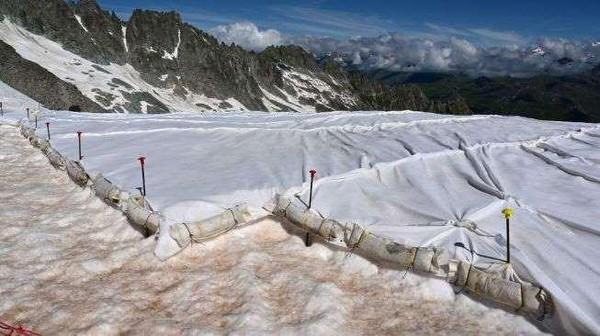 Kabar buruk lainnya, perubahan warna itu akan semakin mempercepat proses mencairnya salju di Pegunungan Alpen yang diprediksi akan kehilangan dua pertiga esnya pada tahun 2100 mendatang.Untuk itu, terpal pun disematkan untuk melindungi salju agar tak cepat mencair(Miguel Medina/AFP)