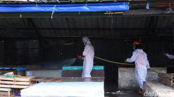 Sejumlah petugas melakukan sterilisasi di pasar Cimind dan Batas Kota Bandung