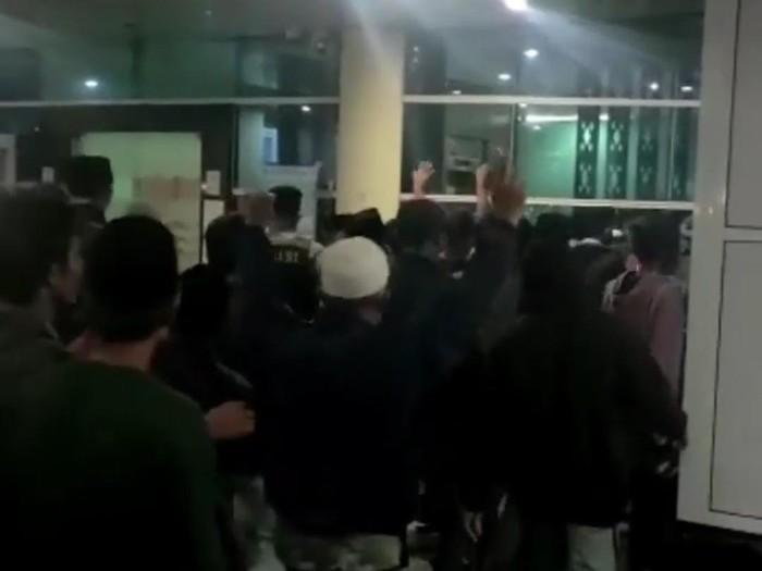 Sejumlah warga menggeruduk RSUD Mataram untuk mengambil paksa jenazah pasien Corona (Screenshot video viral)