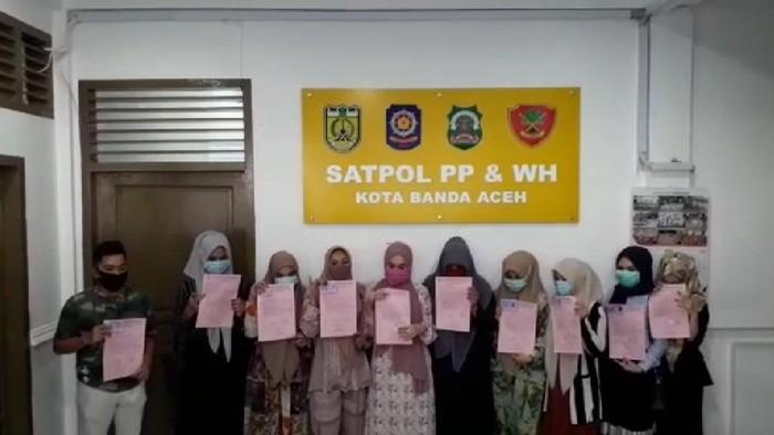 Sekelompok pesepeda wanita di Aceh yang foto pose di pantai sempat viral di medsos diamankan. Mereka meminta maaf dan membuat pernjanjian tak mengulangi perbuatan (Screenshot video)