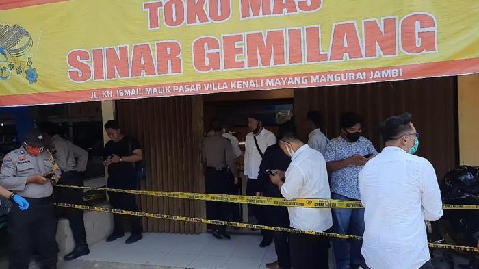 Suasana di lokasi perampokan toko emas di Jambi (Ferdi-detikcom)
