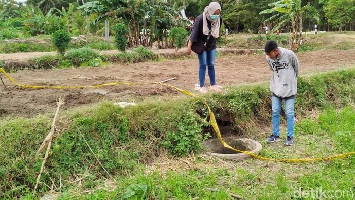 Sesosok mayat perempuan bercelana pendek ditemukan petani di dalam sumur di Kulon Progo, DIY. Lokasi sumur berada di areal persawahan.