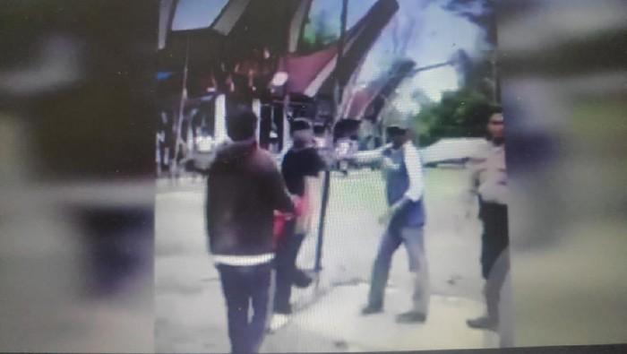 Tangkapan Layar Seorang Pria Diduga Bandar Judi Ngamuk di Toraja Utara