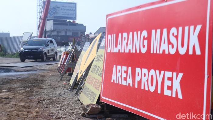 Proyek pembangunan simpang susun Cileunyi Kabupaten Bandung, Jawa Barat, Senin (6/7/2020) terus dikebut.