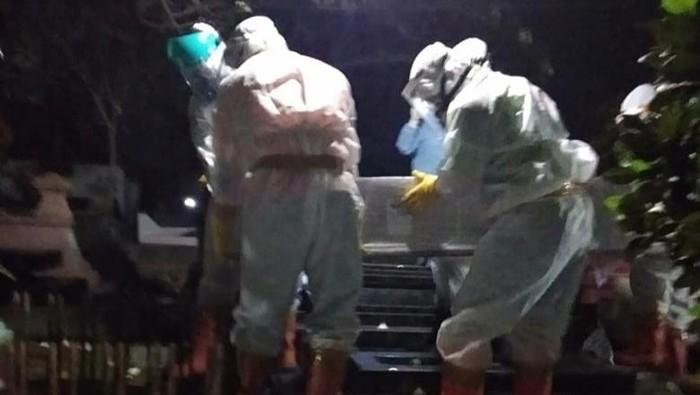 Tim pemakaman memakai APD lengkap saat memakamkan jenazah TKI di Desa Tegalyoso, Klaten, Senin (6/7/2020).