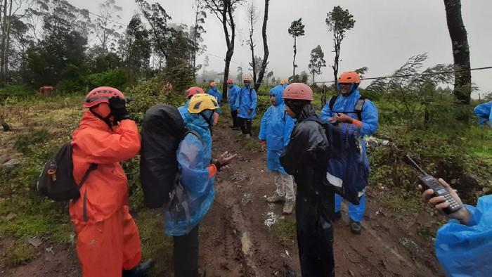 Tim SAR gabungan mengevakuasi empat pendaki yang mengalami hipotermia di Gunung Bawakaraeng, Kabupaten Gowa, Sulsel (dok. Istimewa).