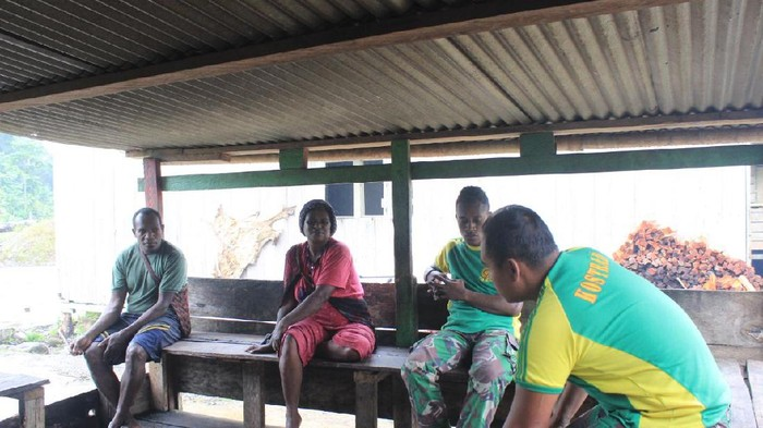 TNI memberikan bantuan bahan makanan ke warga Deiyai, Papua, Minggu (5/7/2020).