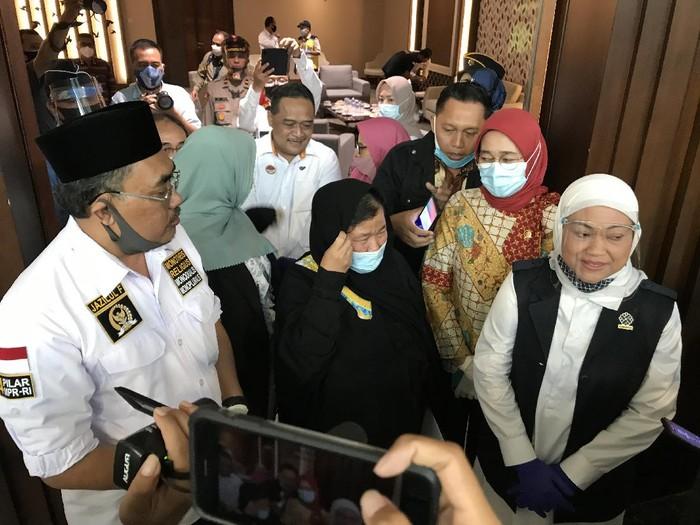 Wakil Ketua (Waka) MPR Jazilul Fawaid bersama Menteri Tenaga Kerja (Menaker) Ida Fauziah menyambut kembalinya TKI Ety Toyyib Anwar yang ke Indonesia usai lolos dari hukuman mati dan dipenjara selama 18 tahun di Arab Saudi.